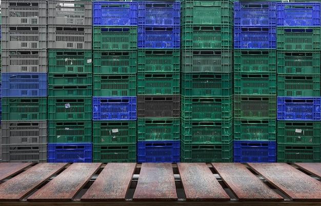 Стеллаж для деревянных поддонов для пластиковых ящиков на складе.