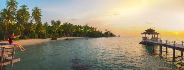 Деревянный павильон на острове ко мак в таиланде