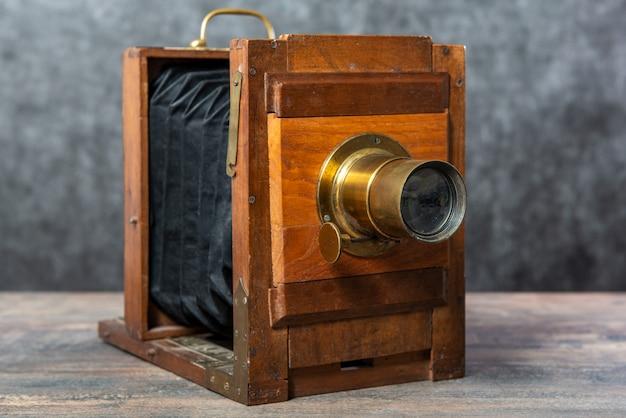 Деревянное фотографическое складывание на деревянной поверхности