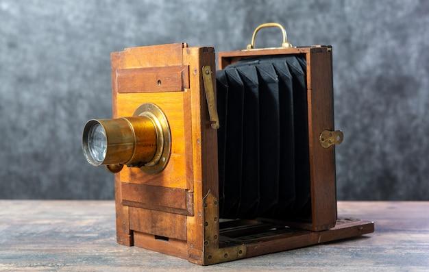 Деревянное фотографическое складывание на деревянном столе