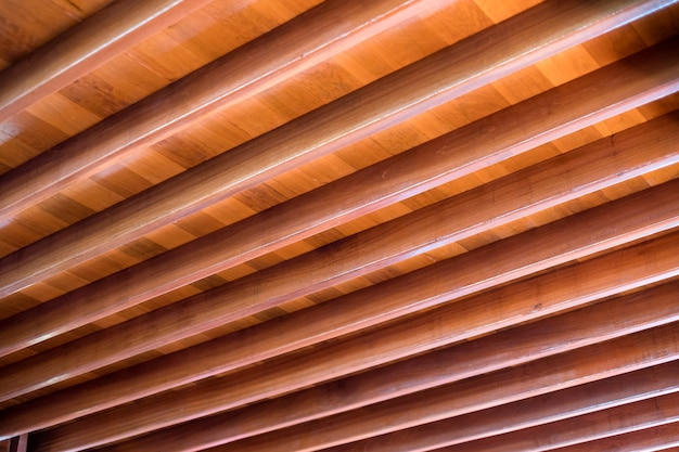 Деревянная планка деревянного строительного образца на кровле дома
