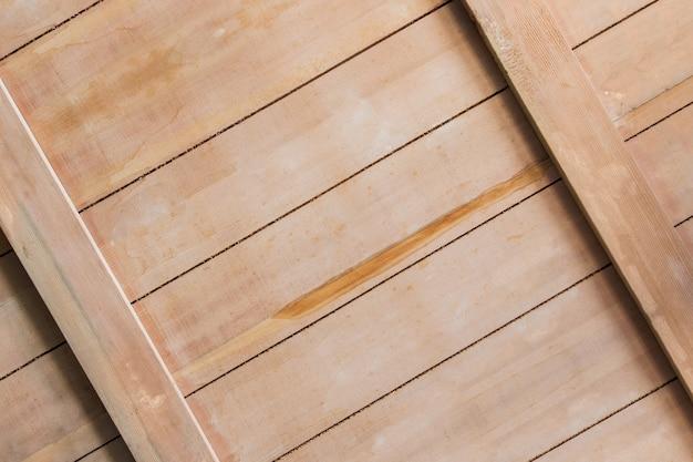傾斜した木の板