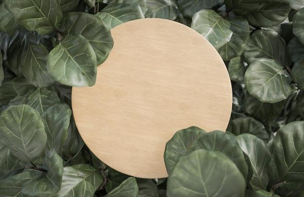 トロピカル緑の葉の背景に木製プレート