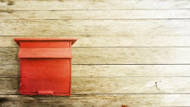 Деревянный почтовый ящик на бетонном фоне