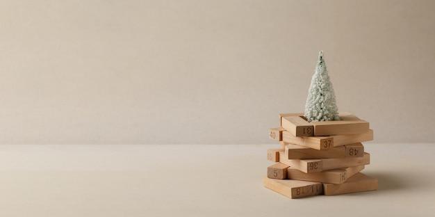 クリスマスツリーの形をした木のパズルスタックスティック