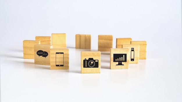 나무 광장 또는 배경에 아이콘이 있는 큐브.