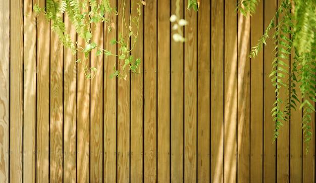 Деревянная полоса на стене с тенью от линии солнца на деревянной скороговорке, абстрактный фон мира и релаксации