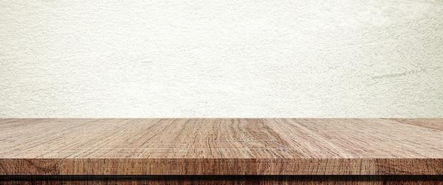 Деревянный стол и коричневый фон стены