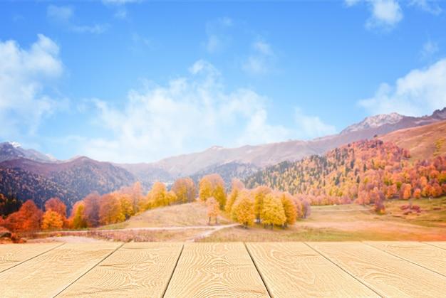 나무 테이블과 defocus 가을 산 풍경