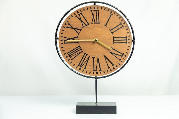 白で隔離される木製の卓上時計