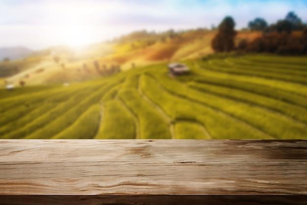 Деревянный стол в осеннем пейзаже с пустой копией пространства для макета дисплея продукта.