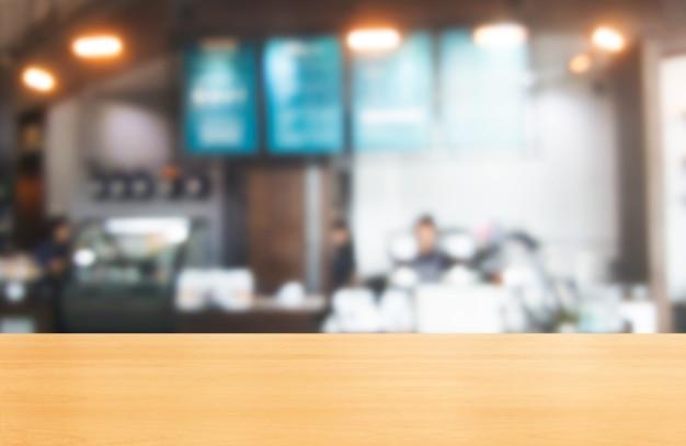 제품 디스플레이 모형에 대한 현대적인 레스토랑 룸이나 커피 숍의 모호한 나무 테이블.