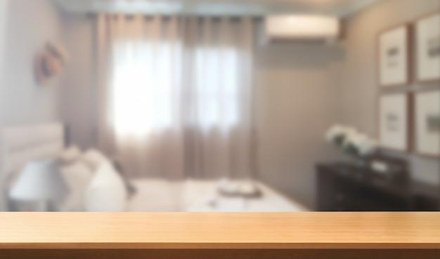 Деревянный стол в интерьере современной домашней комнаты с пустой копией пространства на столе для макета дисплея продукта.