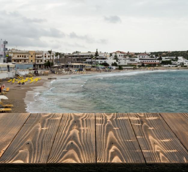 美しい夏の日に海の景色を望む屋外の木製テーブル。