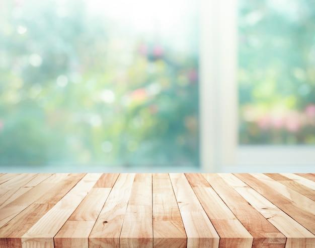 정원 꽃 배경으로 창 흐림에 나무 테이블 탑