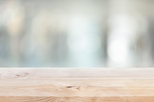 Деревянная столешница на размытом фоне оконной стеклянной стены