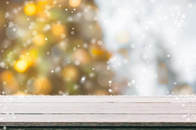 빈티지 필터 bokeh 크리스마스 트리 배경으로 흐림에 나무 테이블 탑-디스플레이에 사용하거나 제품을 몽타주 할 수 있습니다