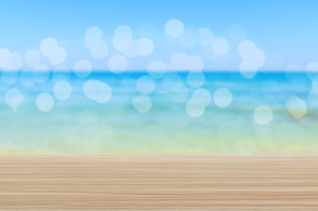 Деревянная столешница на размытом фоне пляжа с боке - может использоваться для демонстрации или монтажа ваших продуктов
