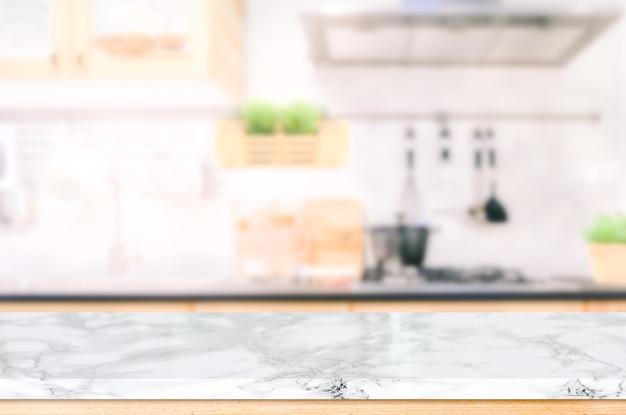 Деревянная столешница на размытом кухонном фоне