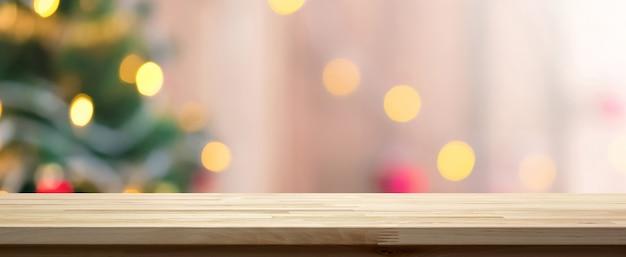 Деревянная столешница на фоне красочных боке от декоративного света на елку