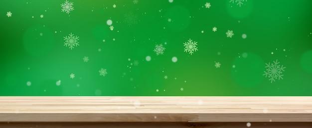 Деревянная столешница на зеленом фоне боке с белым снегом, панорамный баннер