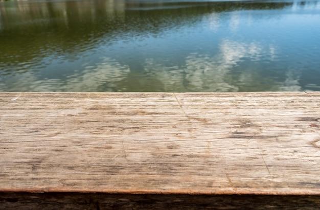 호수 자연 배경에 나무 테이블 탑