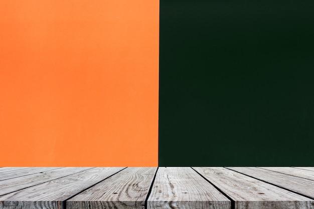 ハロウィーンの背景のためのオレンジと黒の木のテーブルトップ