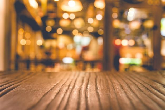 야간 카페 레스토랑에서 조명이 흐릿한 나무 탁자