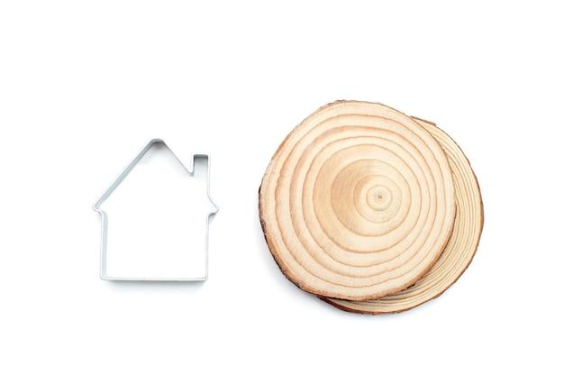 나무 질감 조각과 금속 집 모양