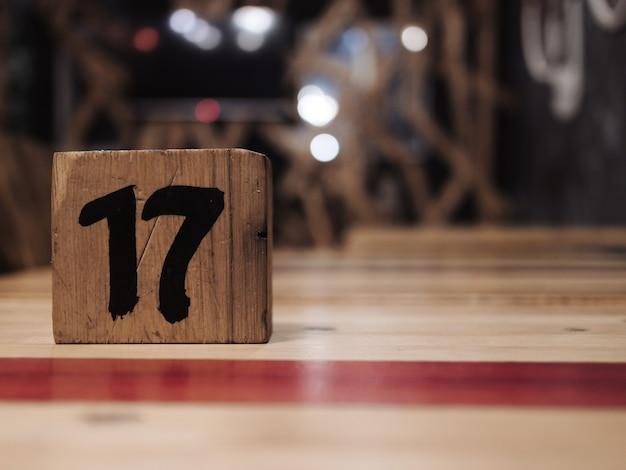 木目調テーブルとテーブル番号
