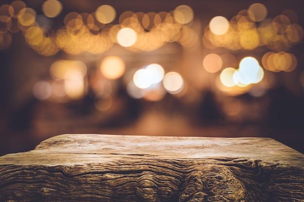 カフェのぼかしライトゴールドボケと木の質感のテーブルトップ