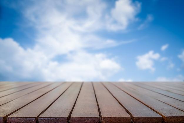 Текстура древесины с фоном голубого неба