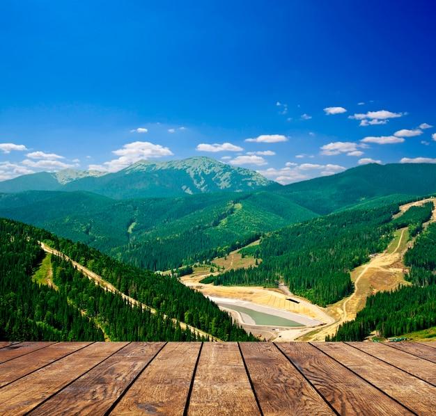 山の背景の部屋のインテリアにウッドテクスチャの背景