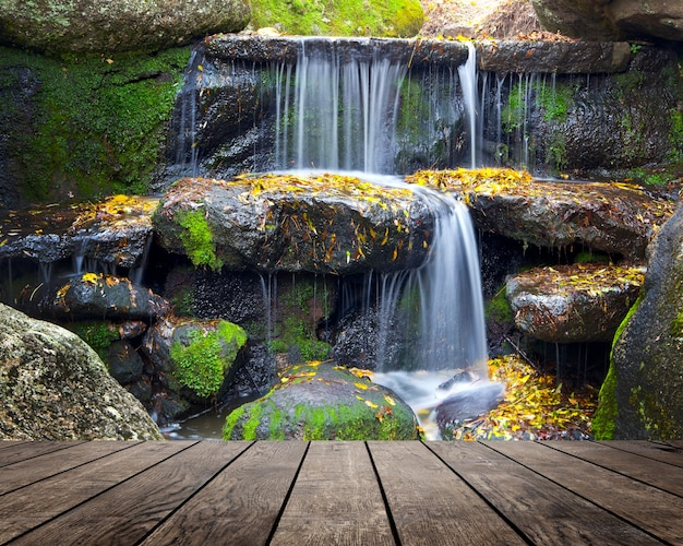 滝の背景の部屋のインテリアに木製のテクスチャ背景