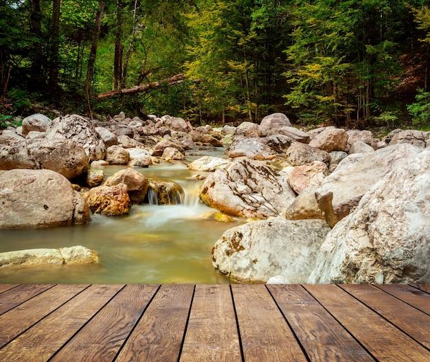 オーストリアのホーエタウエルン国立公園の山の滝の木製テクスチャ背景