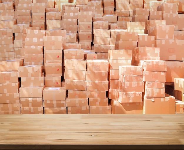 Деревянная столешница на коробке с размытым пакетом для доставки и логистики для заказа покупок в интернете.