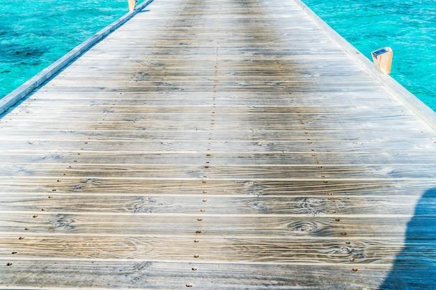 Деревянная прогулка с синим океаном