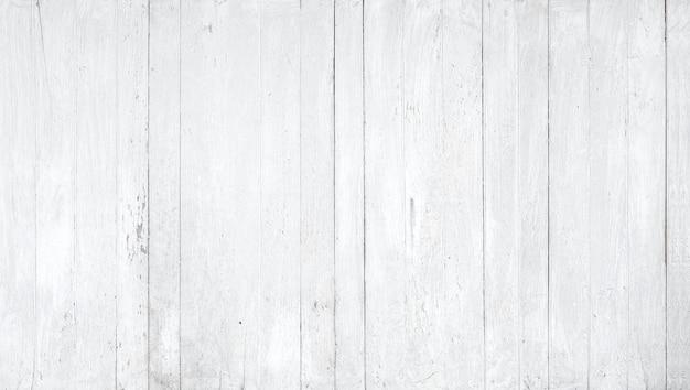 Деревянная стена выкрашена в белый цвет.