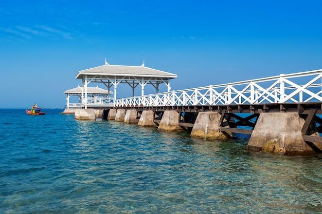 タイ、シーチャン島のウッドウォーターフロントパビリオン。 asdangブリッジ。