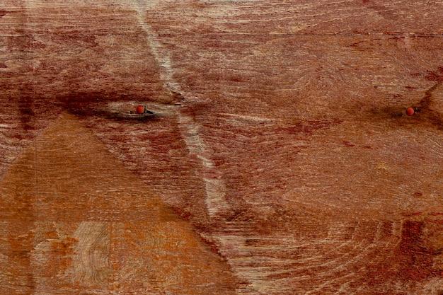 老化した表面とさびた爪を持つ木材