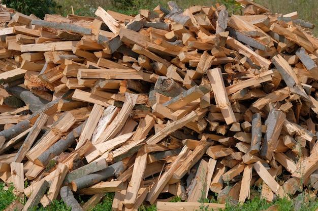 Wood割りのプロセス。木材、固体燃料を切り刻む方法。