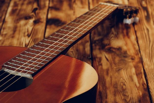 木製のアコースティックギターのボディと指板をクローズアップ