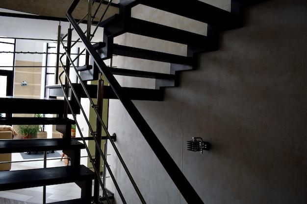 집에 있는 나무와 금속 계단