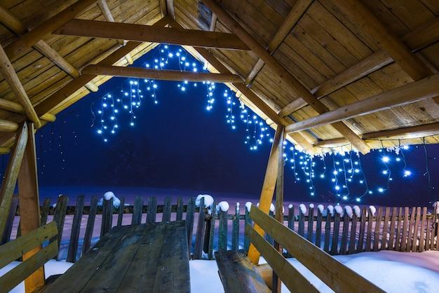 クリスマスライトが付いている木のアーバー