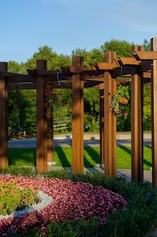 꽃과 식물 정원에서 나무 아치