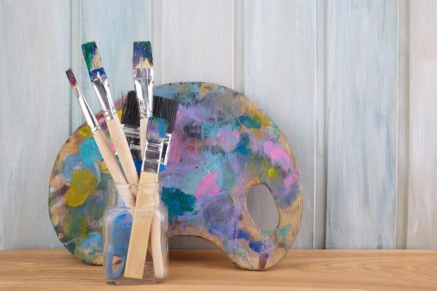 絵の具やブラシで木製アートパレット