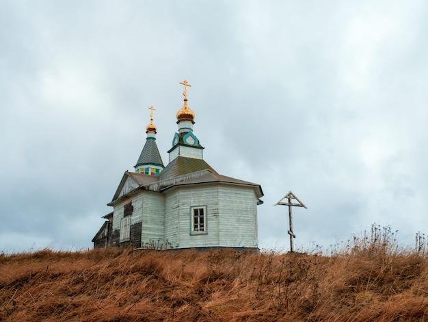 木製の本物のカシュカランツィ教会。白海沿岸の小さな本物の村。コラ半島。ロシア。
