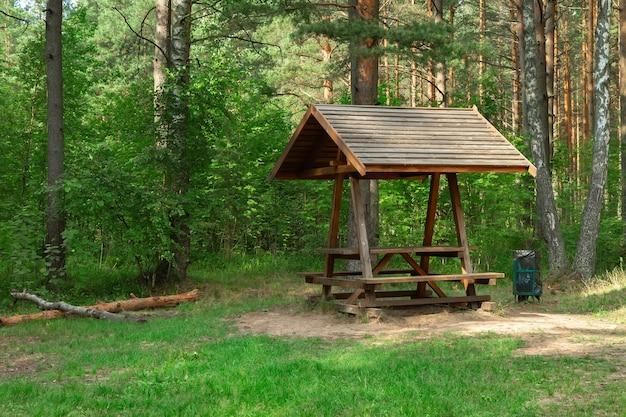 Деревянный навес на туристическом месте кемпера в лесу.