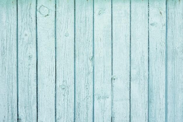 木製の背景はみすぼらしい古い青いペンキで覆われています。