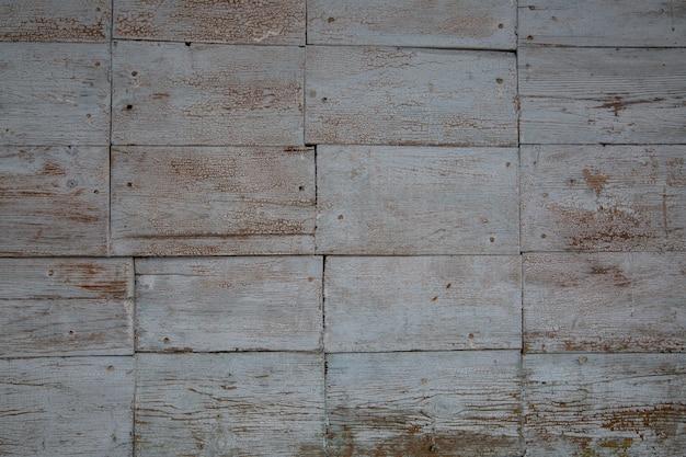 Деревянный фон из прямоугольных крашеных рваных досок. текстура дерева.